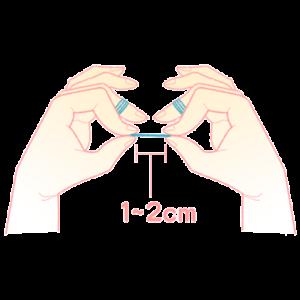親指と⼈差し指で⽷をつまむ